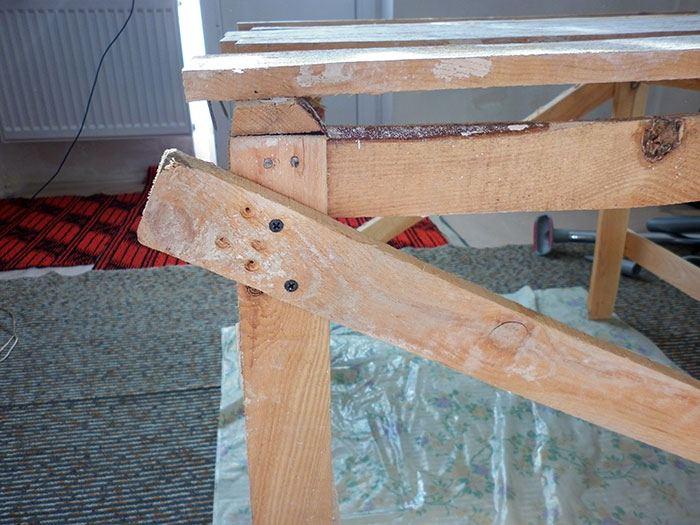 стол из строительных лесов
