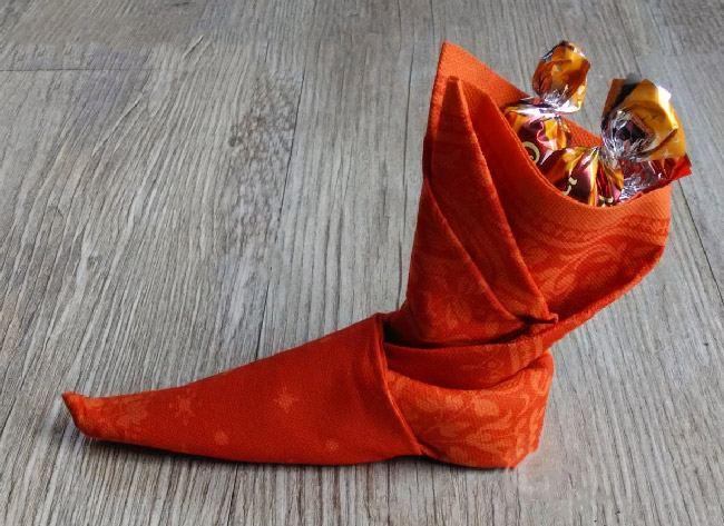 Новогодняя салфетка сложенная в виде сапога